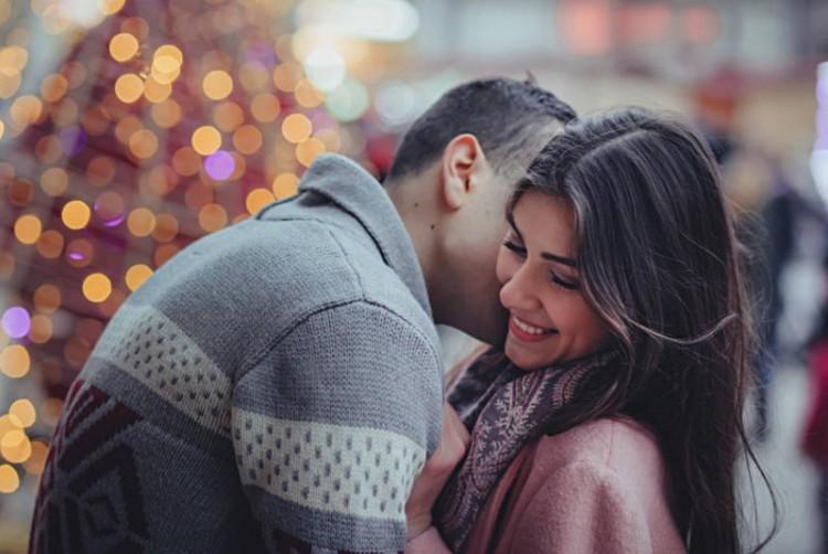 Czułe szeptanie do ucha - zakochana para